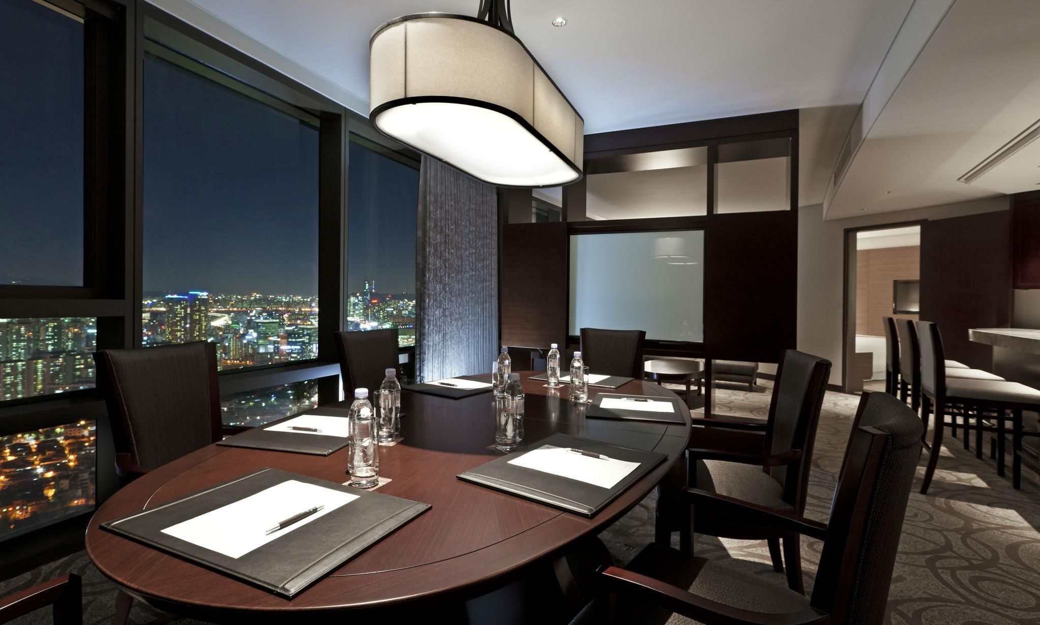 Hospitality Suite, Club lounge access, 1 King, City view