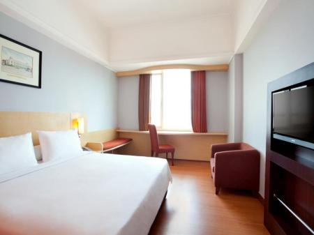 Standard Hot Deal Queen Bed Hotel Rajawali