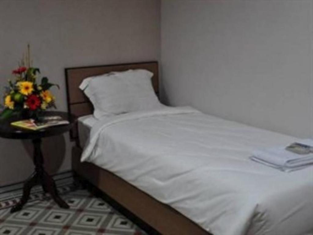 Ranjang Superior Single Hotel Gajah Mada 100