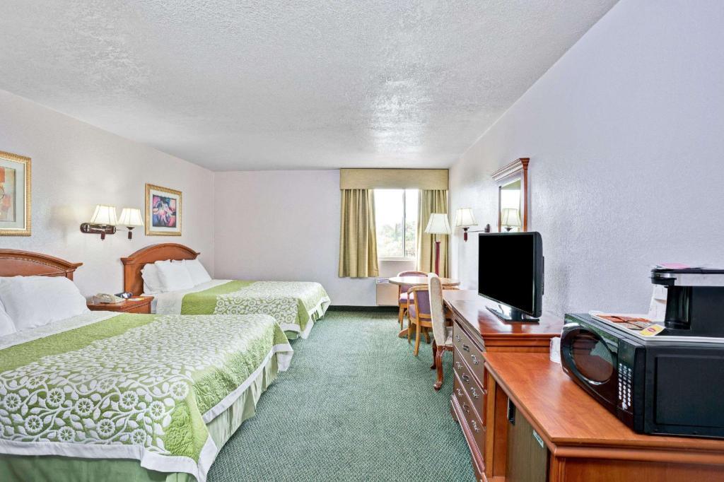 Days Inn & Suites by Wyndham Fullerton in Fullerton (CA