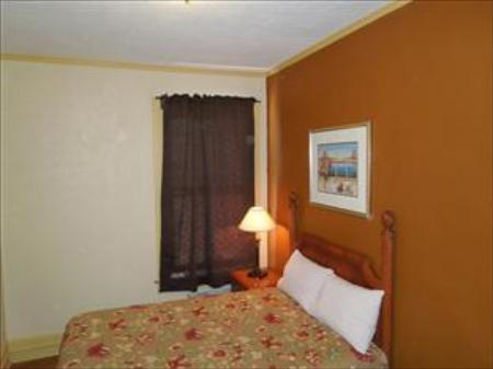 Single with Shared Bathroom - Guestroom El Capitan Hotel