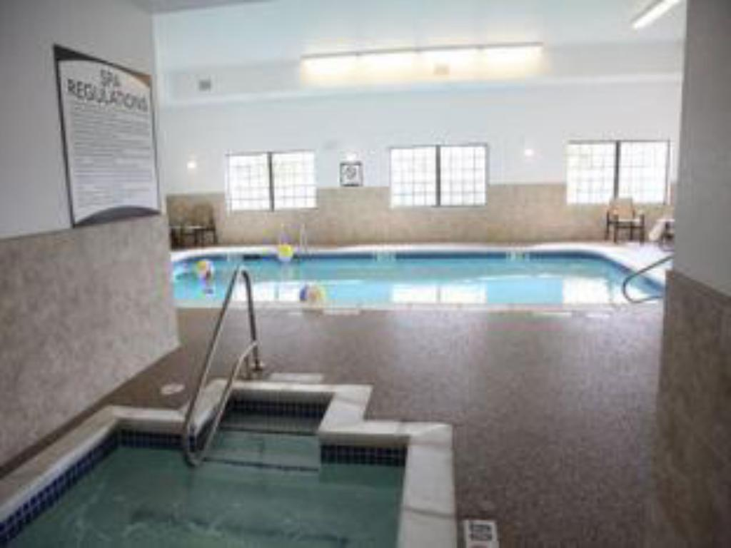 Swimming pool Staybridge Suites Lincoln North East