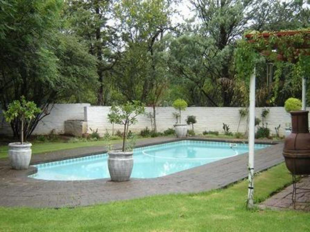 Swimming pool Tranquil House Bed and Breakfast