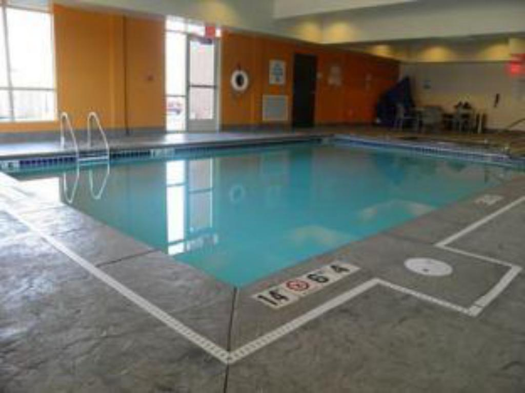 Swimming pool Holiday Inn Express & Suites Overland Park