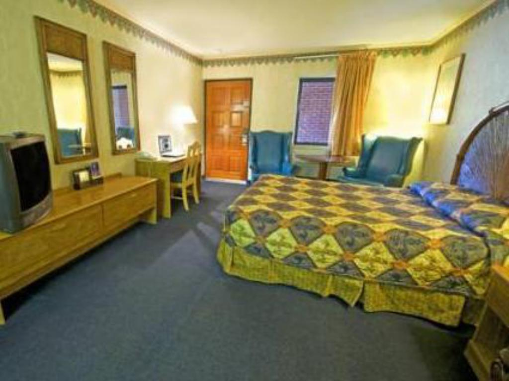 Queen Room - Non-Smoking - Guestroom Americas Best Value Inn - Rockingham, NC
