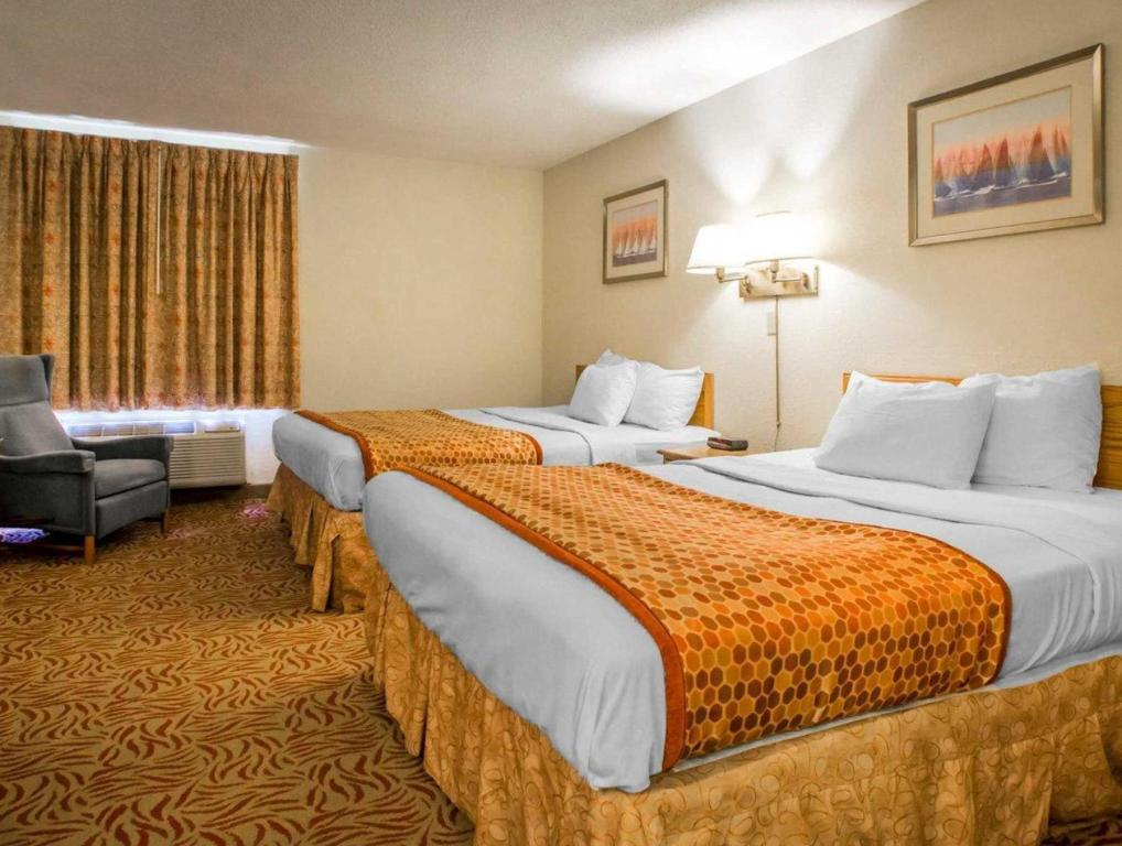 Queen Room with Two Queen Beds - Non-Smoking Econo Lodge Inn and Suites Stevens Point