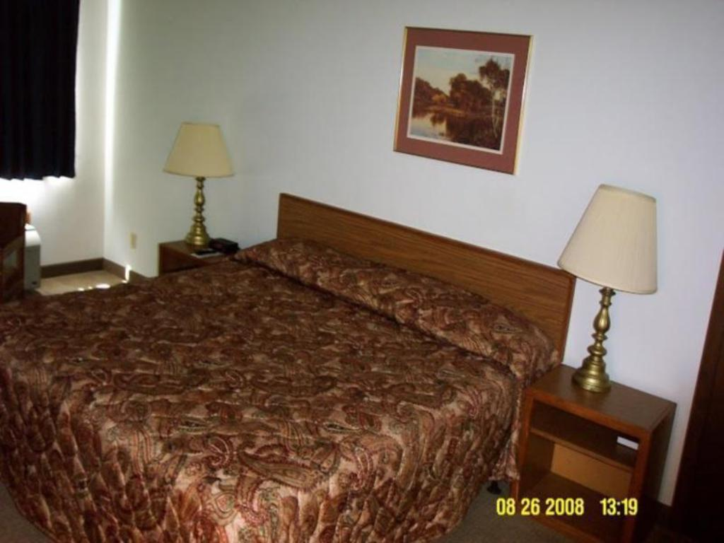1 King Bed Nonsmoking - Bed Econo Lodge Hotel & Conference Center Pierre