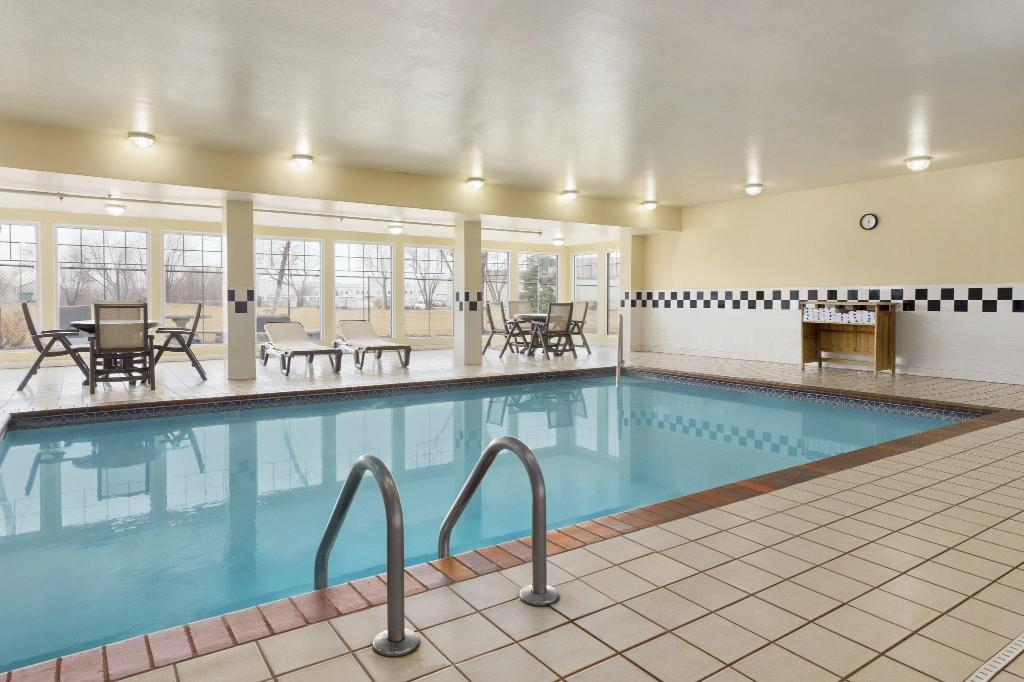 Baseinas Country Inn & Suites by Radisson, Omaha Airport, IA
