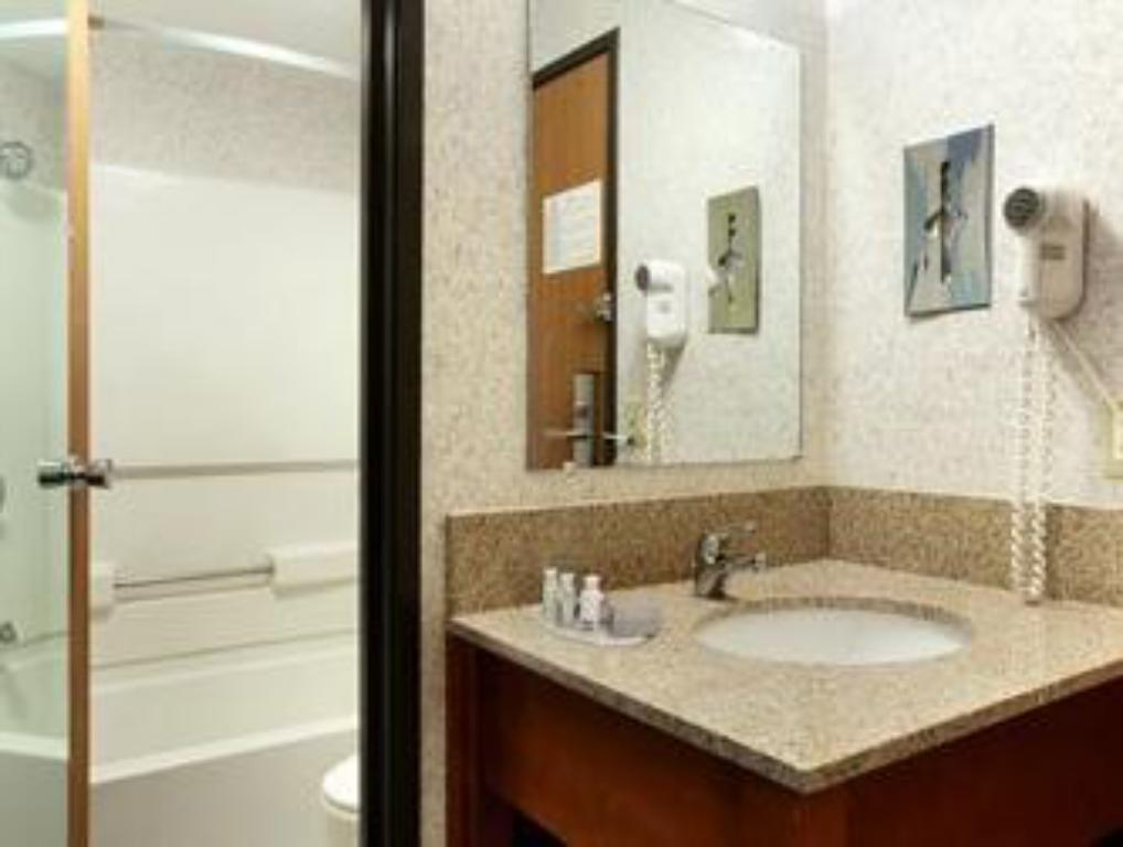 Bathroom Motel 6 Glendale WI