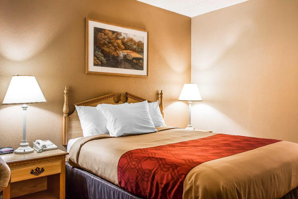 Standard with 1 Queen Bed - Guestroom Econo Lodge Inn and Suites Huntsville