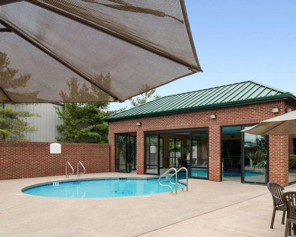 Swimming pool [outdoor] Comfort Suites Parkersburg South Mineral Wells