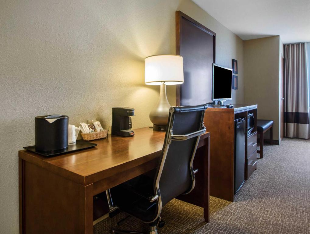Queen Suite with Two Queen Beds - Non-Smoking Comfort Suites Johnson Creek Conference Center