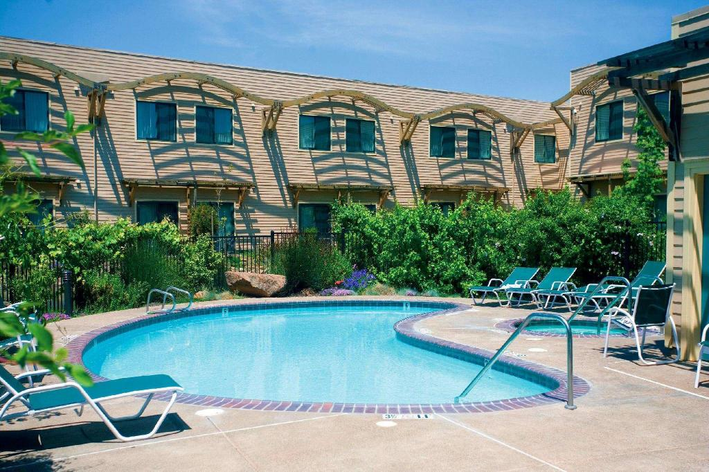 Swimming pool DoubleTree by Hilton Napa Valley American Canyon Htl & Spa