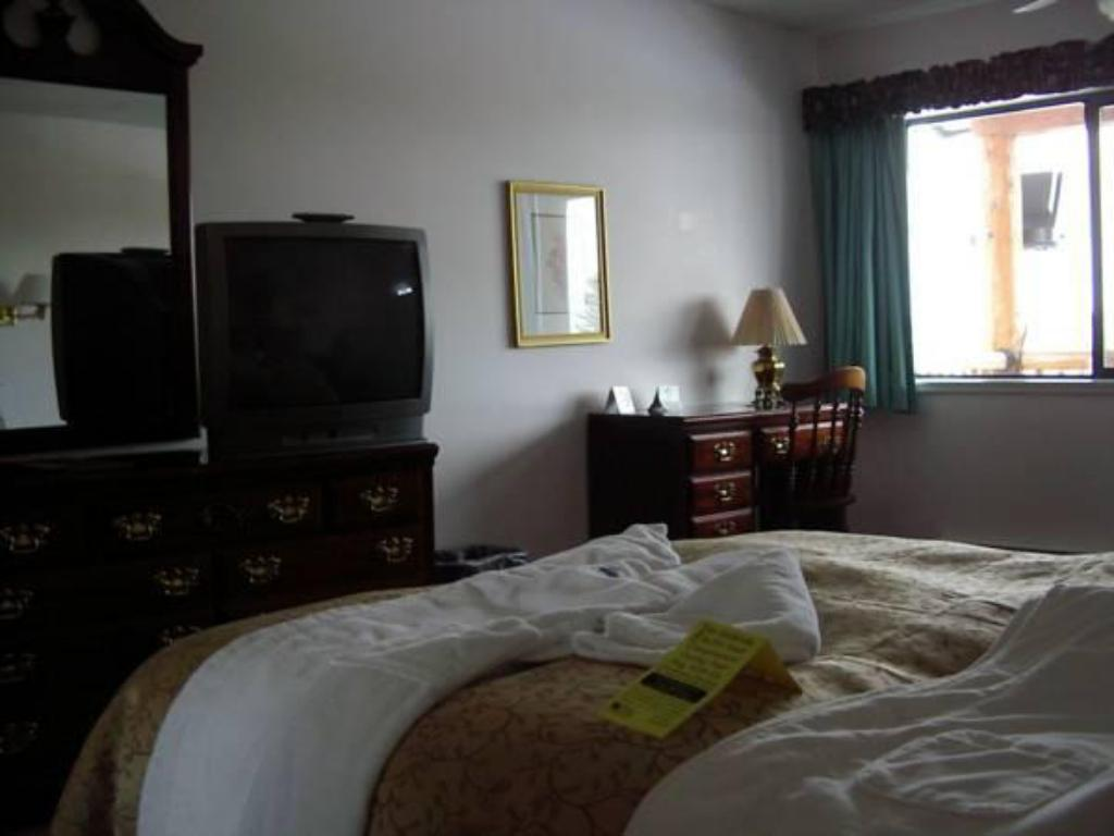 Deluxe Queen Room - Guestroom Spruce Hill Resort & Spa