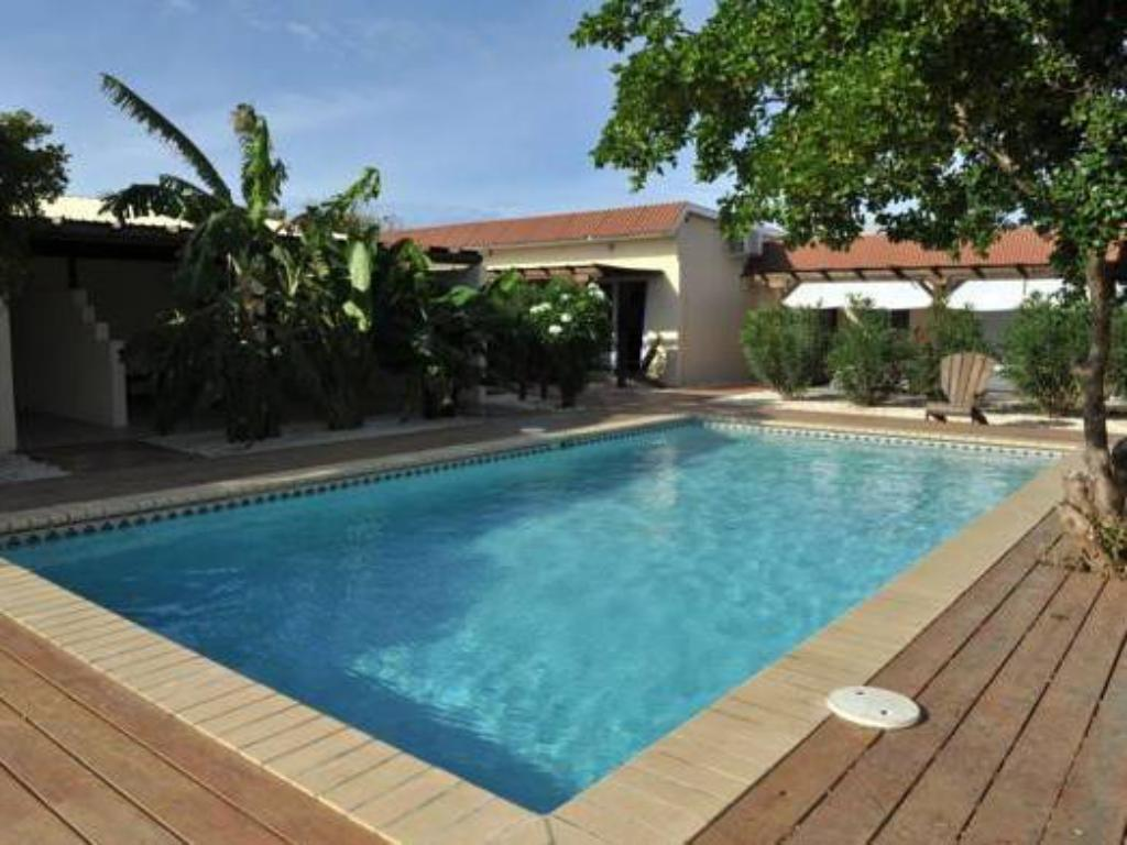 Swimming pool White Beach Apartments Palm Beach