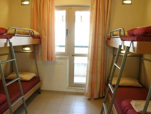Cama Individual em Dormitório Masculino (Single Bed in Male Dormitory Room)