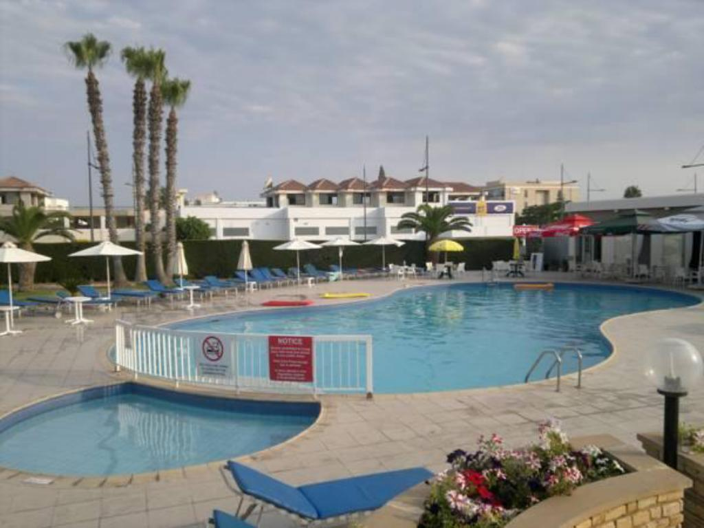 Piscina Androthea Hotel Apartments