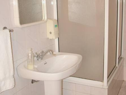 Singola con Stanza da Bagno in Comune (Single with Shared Bathroom)