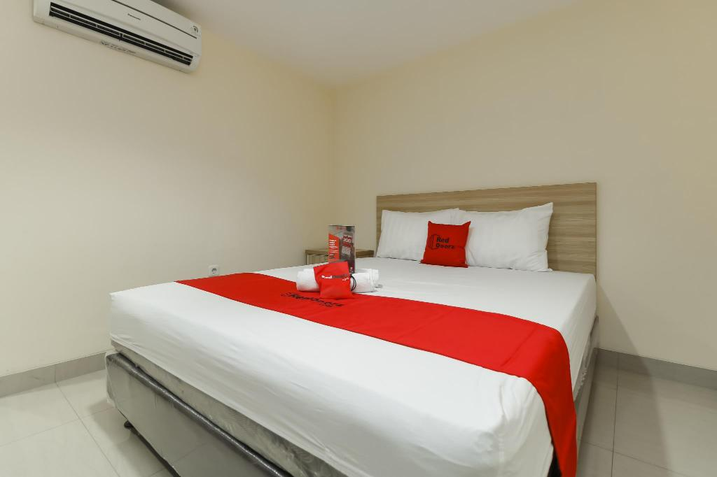 Reddoorz Plus Near Harmoni Gajah Mada Guesthouse Bed And Breakfast