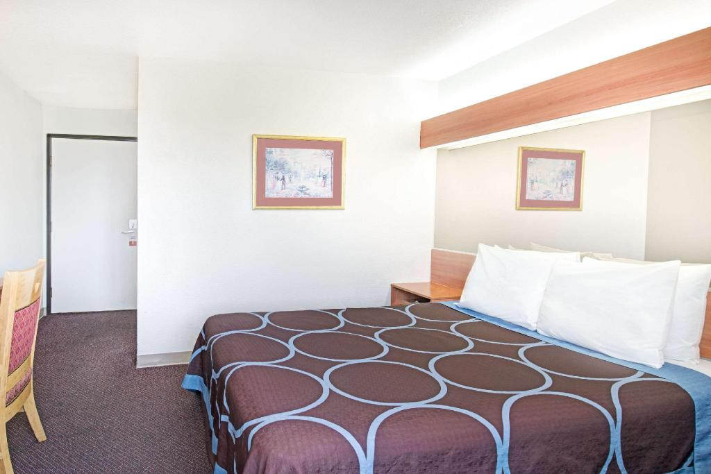 1 Queen Bed Accessible Room Non-Smoking - Вітальня Super 8 By Wyndham Sacramento Airport