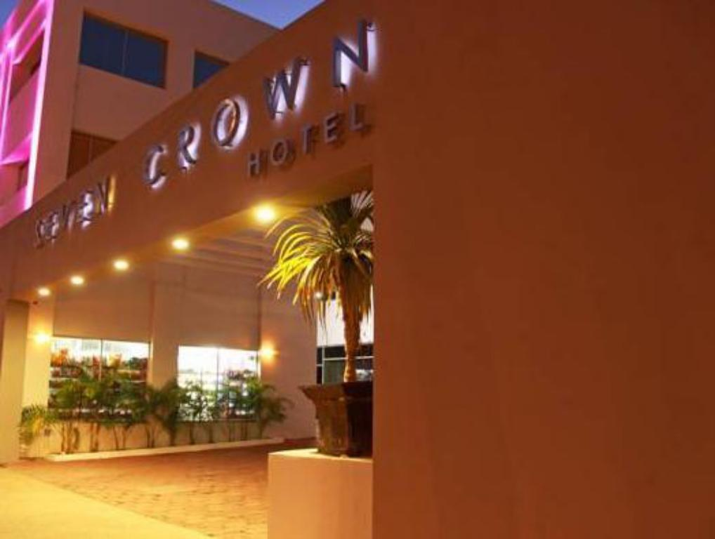 Exterior view Seven Crown Express & Suites