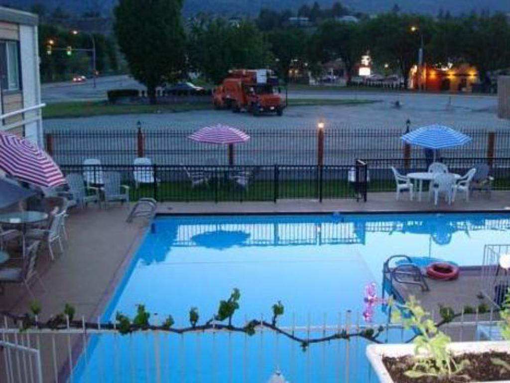 Swimming pool Sahara Courtyard Inn Penticton