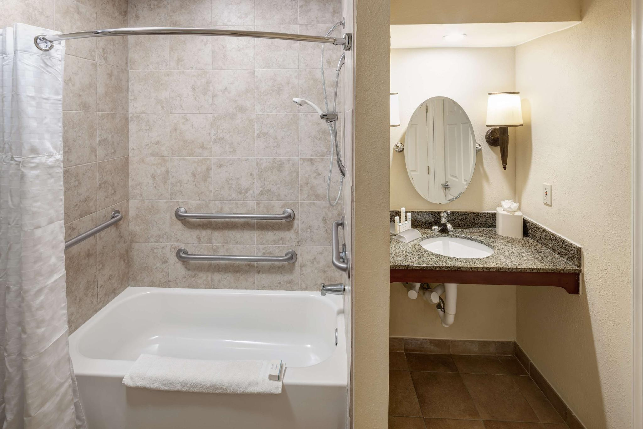 2 Double Accessible Bath Tub Suite Non-Smoking