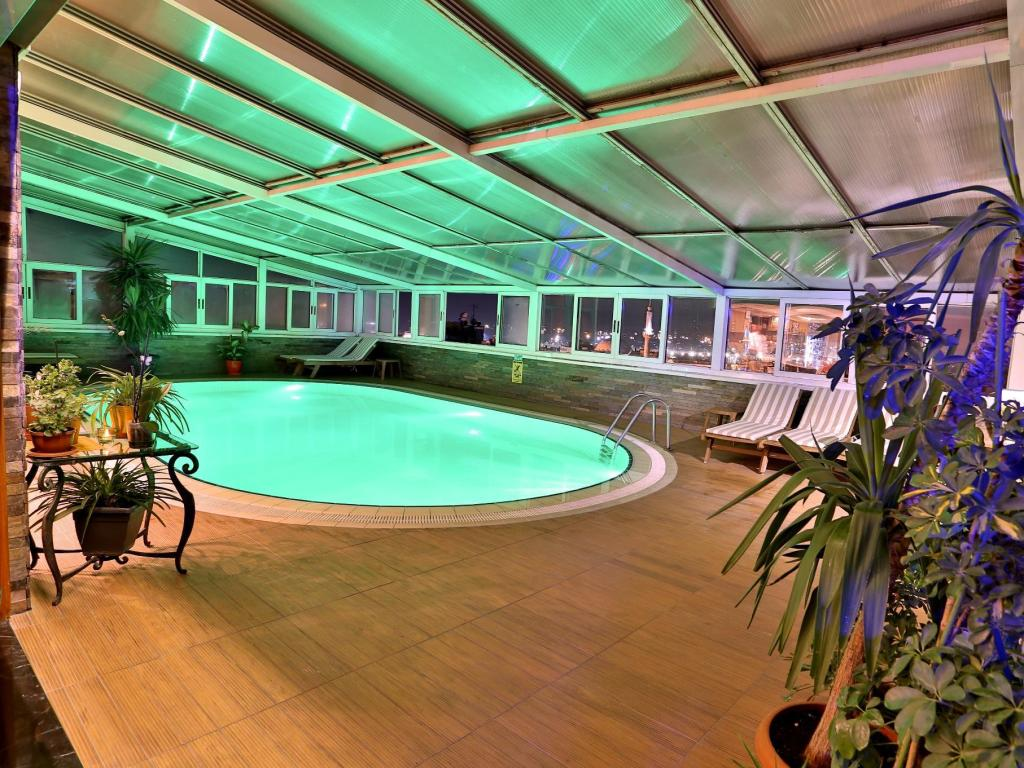 Swimming pool Hotel Zurich Istanbul
