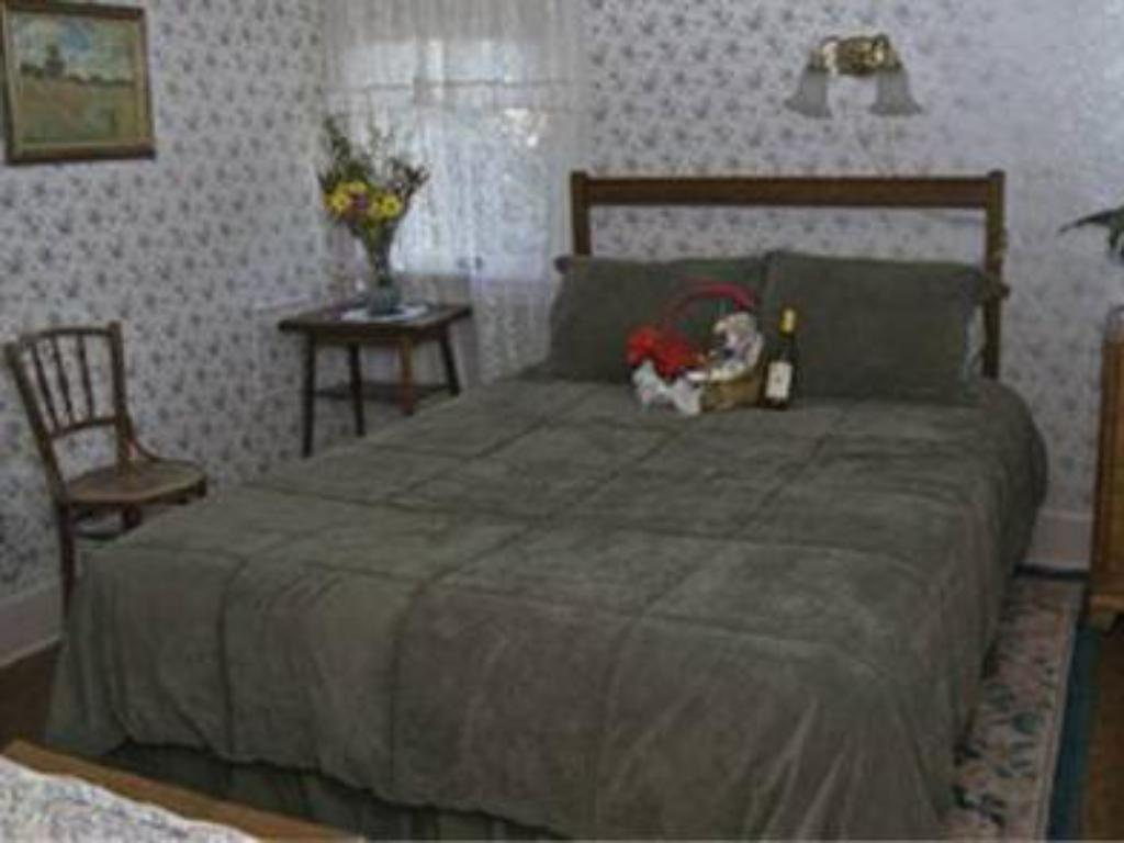 Queen Room Old Yacht Club Inn Vacation Rentals