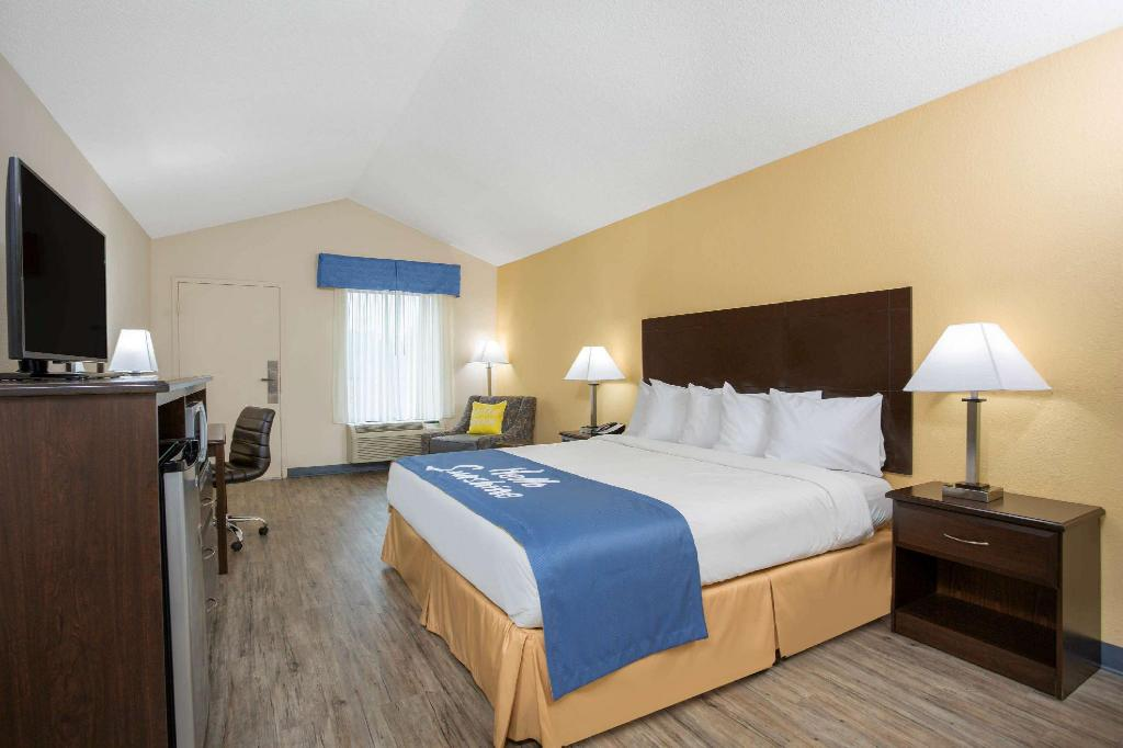 1 King Bed Non-Smoking - Guestroom Days Inn by Wyndham Lake City