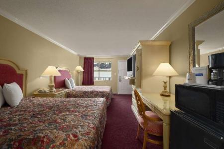 2 Queen Beds, Non-Smoking - Вітальня Travelodge by Wyndham Ocean Springs