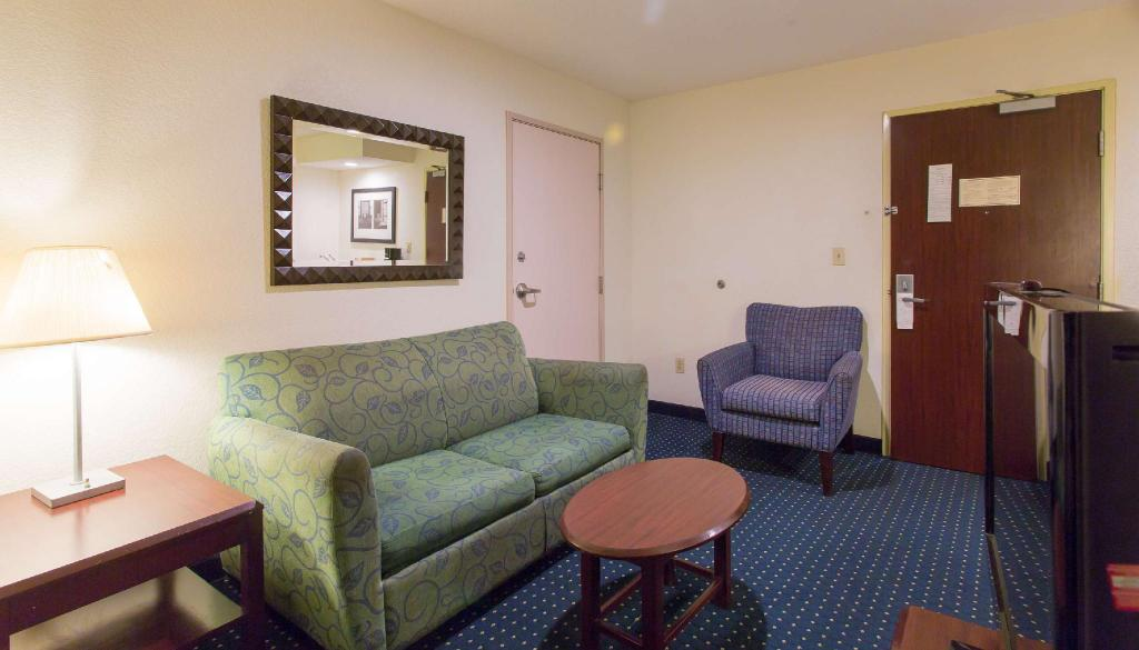 1 King Bed Nonsmoking - Guestroom Studios & Suites 4 Less Gum Road