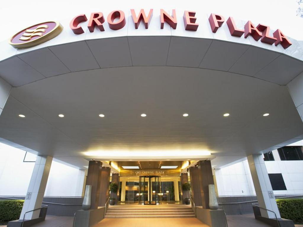 Entrance Crowne Plaza Canberra