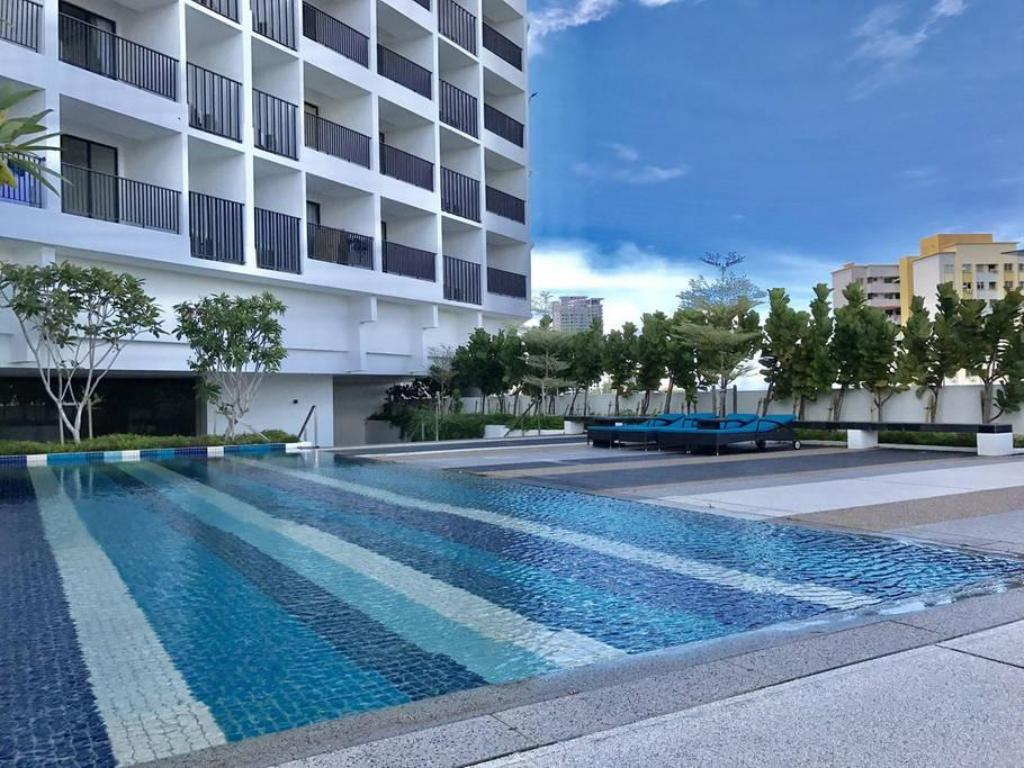 Best price on seaview suite 31 gurney drive in penang reviews for Gurney hotel penang swimming pool