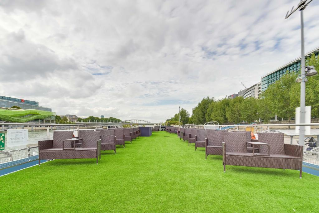 Outside seating area Le VIP Paris - Yacht Hotel