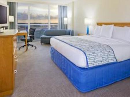 Standard Accessible King Bed Doubletree Hotel Orlando Universal At The Entrance