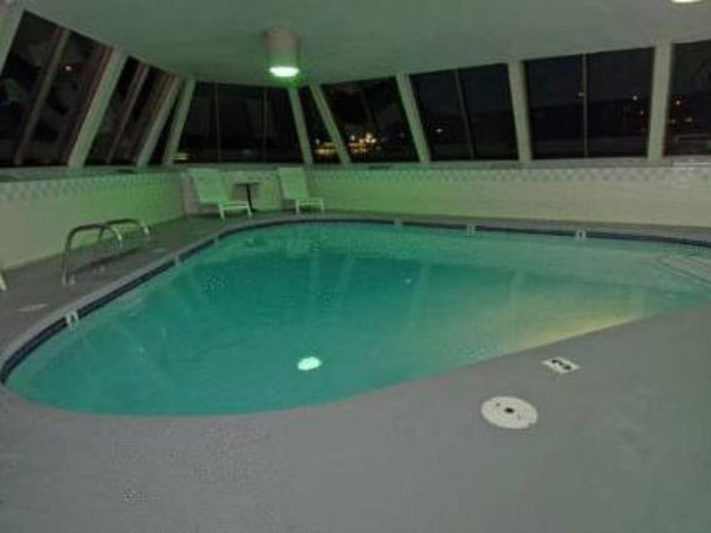 Swimming pool Cedars Inn