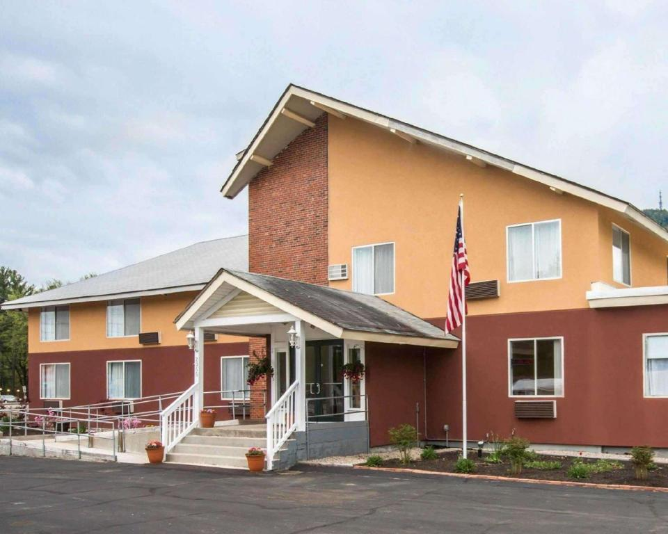 More about Econo Lodge Lakes Region