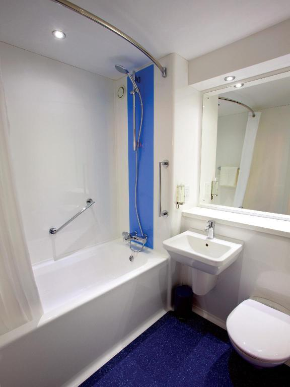 Double Room - Bathroom Travelodge Edinburgh Dreghorn