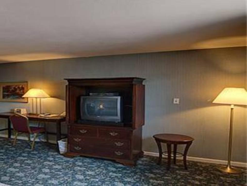 Budget Host East End Riverhead Hotel