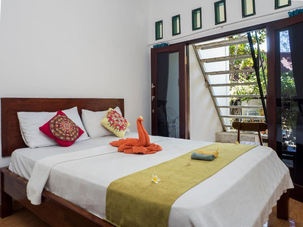 Budget Double Room with Private Bathroom - Bed Gili Turtle Beach Resort