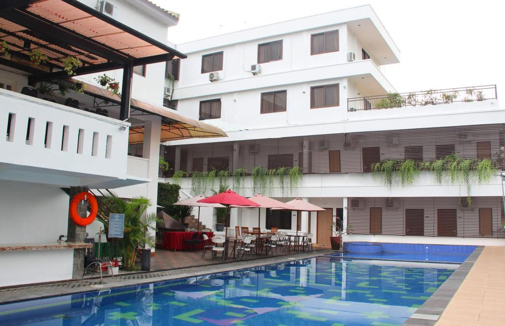 Swimming pool [outdoor] Front One Resort Wisma Aji Yogyakarta