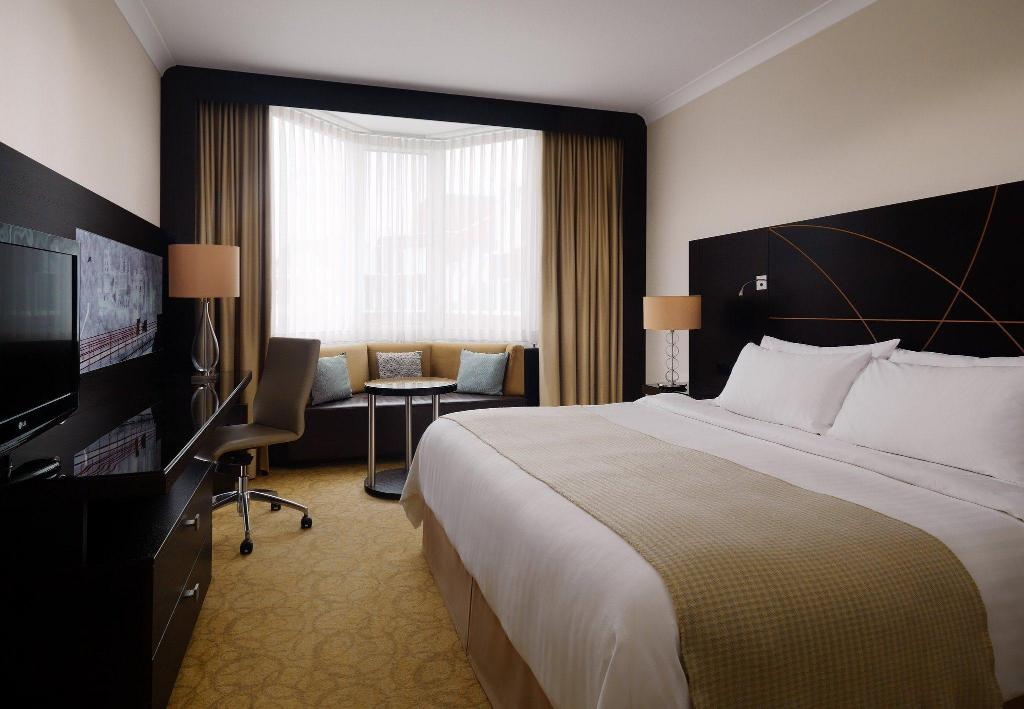 Executive Suite, Executive lounge access, 1 King, River view - Guestroom Heidelberg Marriott Hotel