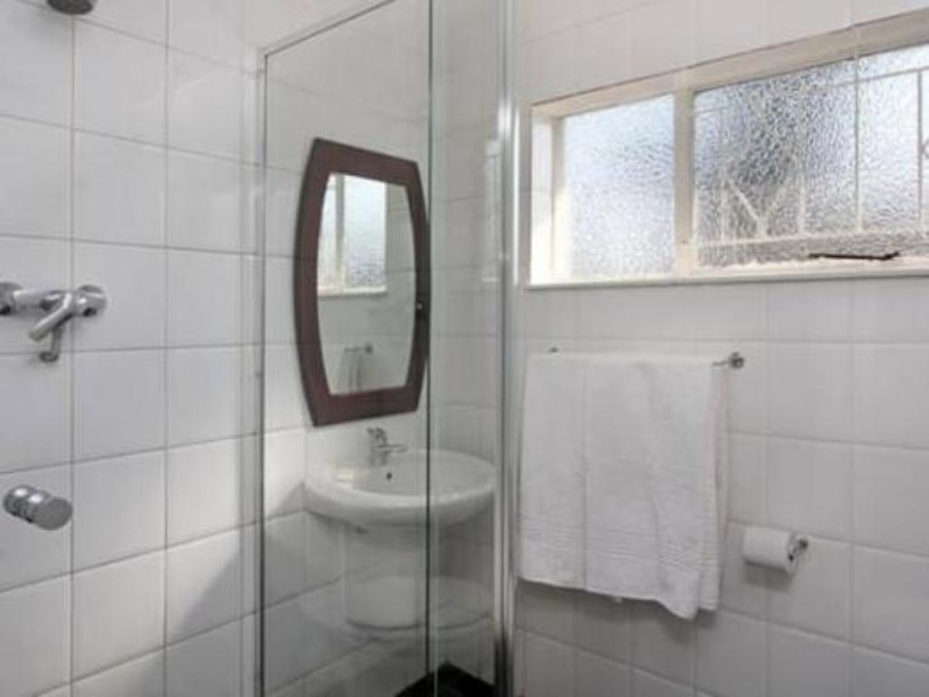 Bathroom Vetho 1 Apartments OR Tambo Airport