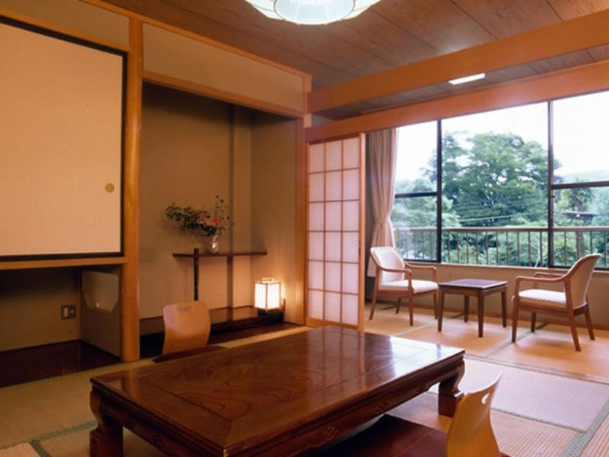和室(4名・共同バスルーム) (Japanese Style Room for 4 People with Shared Bathroom)