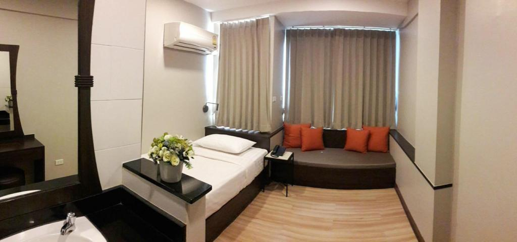 Deluxe Single - Guestroom YWCA International House Bangkok