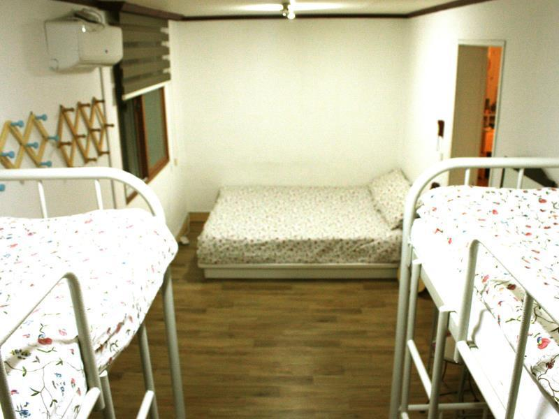패밀리룸 (공용 욕실) (Family Room with Shared Bathroom)