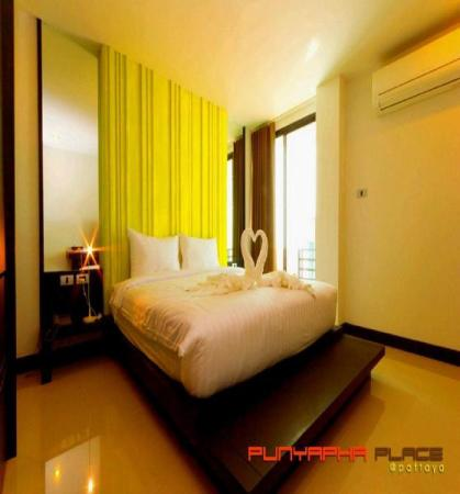 Deluxe Room with Balcony - Guestroom Punyapha Place
