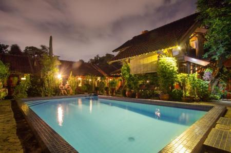 Swimming pool Delta Homestay