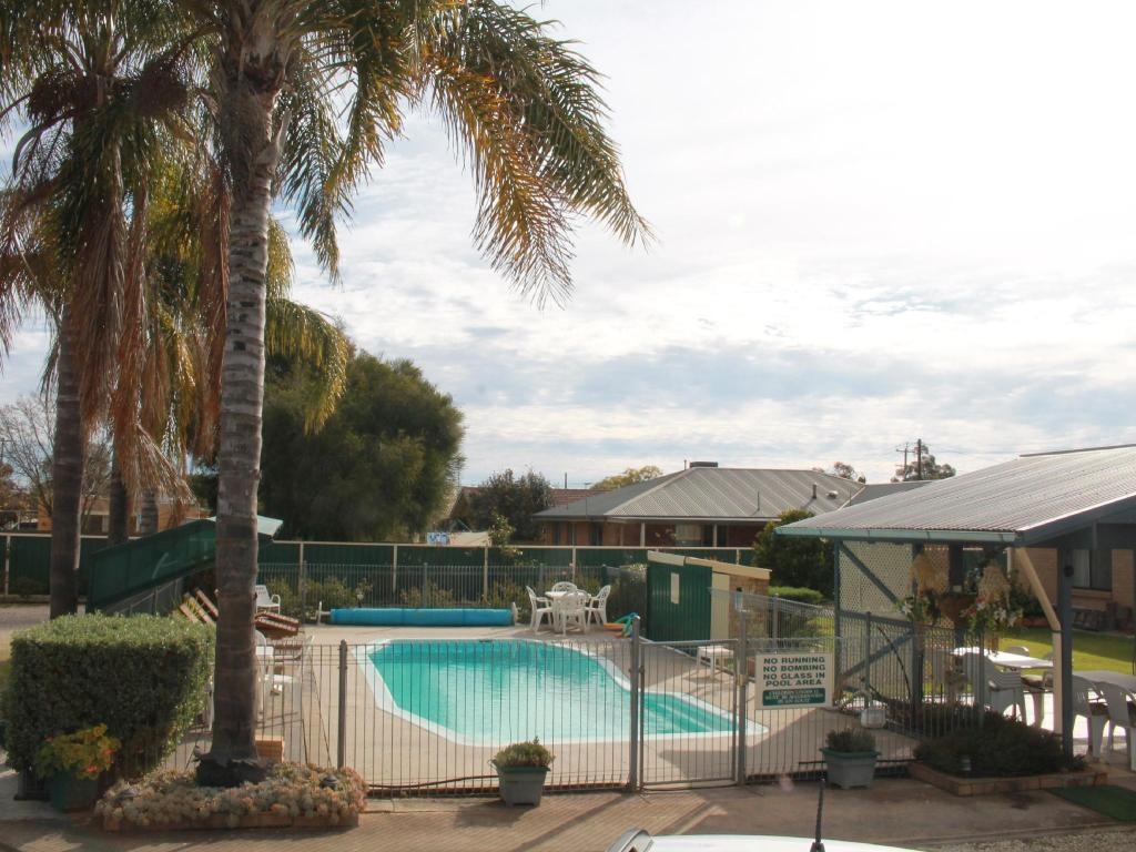 Swimming pool Lone Pine Motel